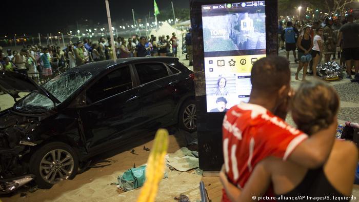 Brasilien Rio de Janeiro Autounfall (picture-alliance/AP Images/S. Izquierdo)