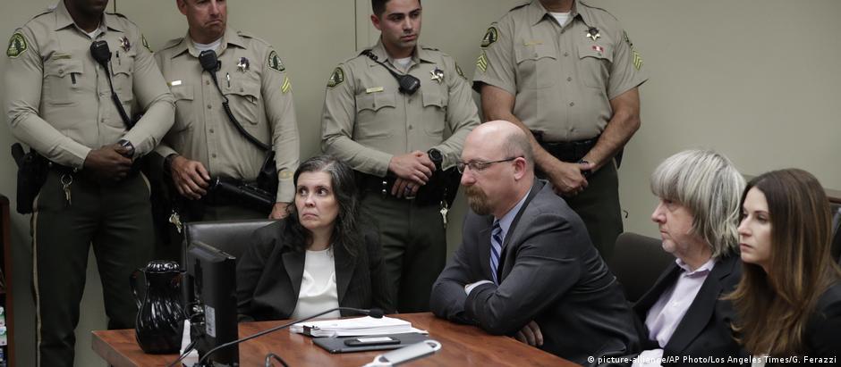 Louise (c.) e David Turpin (dir.) se apresentam em Tribunal na Califórnia