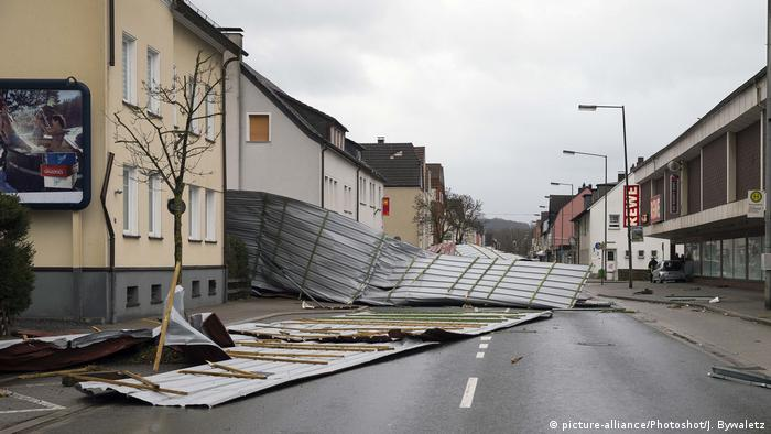 Collapsed roofs on a road in Menden, Germany following winter storm Friederike (picture-alliance/Photoshot/J. Bywaletz)