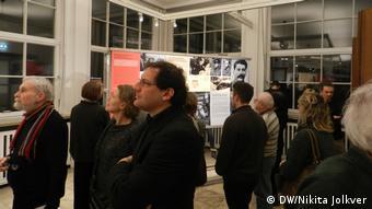 В павильоне выставки Разные войны