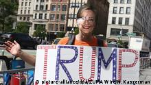 Eine Gegner von US-Politikerin Hillary Clinton demonstriert am 12.09.2017 in New York (picture-alliance/dpa/ZUMA Wire/N. Kaszerman)