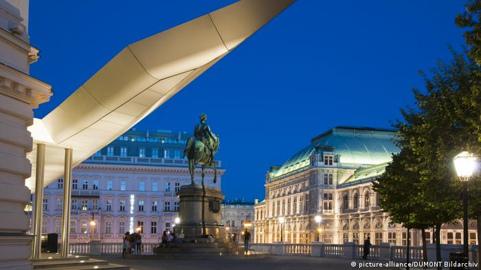 Vienna Albertinaplatz equestrian monument in front of the Albertina (picture-alliance/DUMONT Bildarchiv)