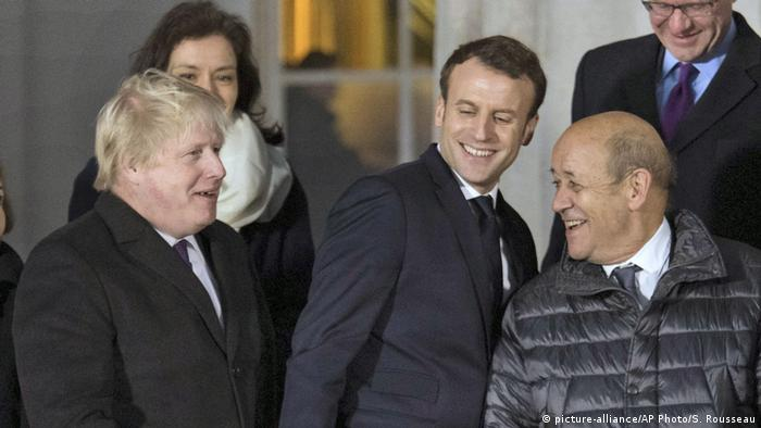 UK Außenminister Boris Johnson mit dem französicher Präsident Emmanuel Macron (picture-alliance/AP Photo/S. Rousseau)