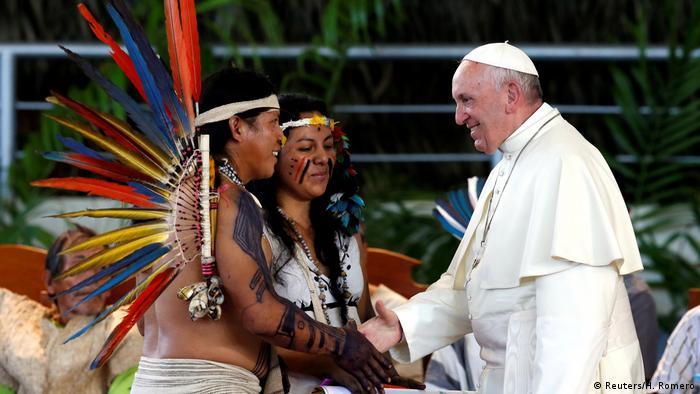 Peru Papst Franziskus Treffen mit Indianern (Reuters/H. Romero)