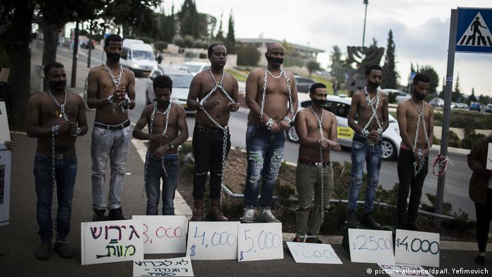 Israel Eritreische Flüchtlinge demonstrieren in Jerusalem (picture-alliance/dpa/I. Yefimovich)