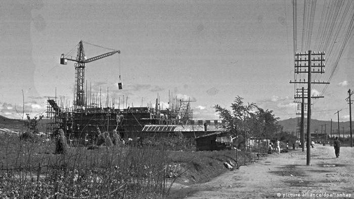 This photo dated sometime in 1957 shows construction underway in North Korea's eastern city of Hamhung. (picture alliance/dpa/Yonhap)