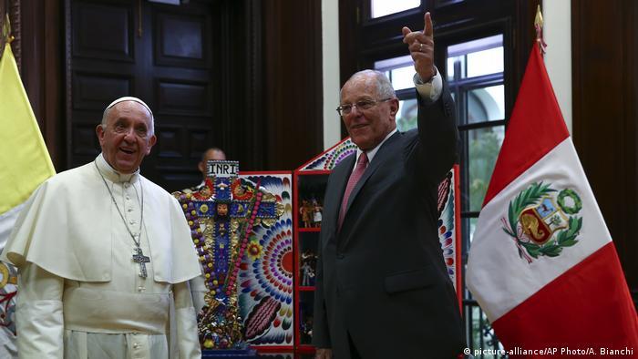 Peru Papst Franziskus in Lima mit Pedro Pablo Kuczynski, Präsident (picture-alliance/AP Photo/A. Bianchi)
