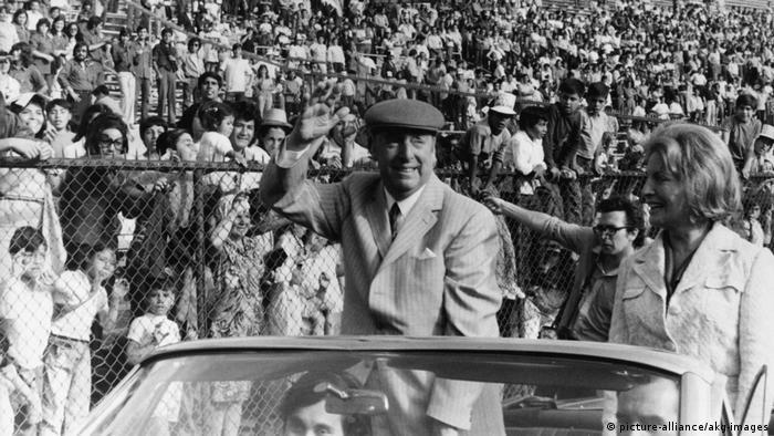 Književnik i Nobelovac (1971) Pablo Neruda ulazi na stadion u glavnom gradu Čilea, Santjagu, 5.12.1972.