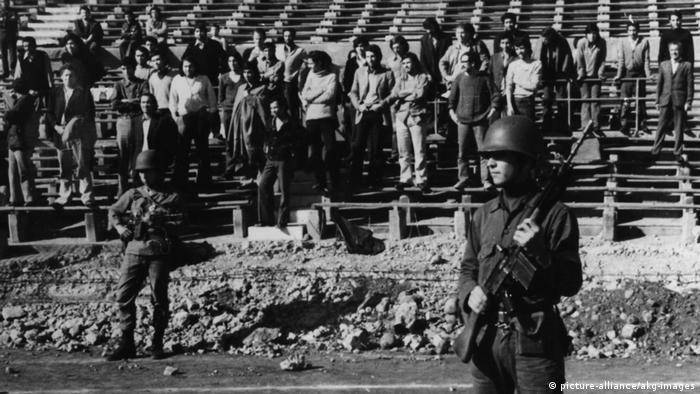 Chile: quema de libros luego del golpe militar de Augusto Pinochet, que derrocó al presidente Salvador Allende. (26.09.1973).