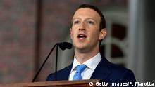 25.05.2017 +++ CAMBRIDGE, MA - MAY 25: Facebook Founder and CEO Mark Zuckerberg delivers the commencement address at the Alumni Exercises at Harvard's 366th commencement exercises on May 25, 2017 in Cambridge, Massachusetts. Zuckerberg studied computer science at Harvard before leaving to move Facebook to Paolo Alto, CA. He returned to the campus this week to his former dorm room and live streamed his visit. (Photo by Paul Marotta/Getty Images)