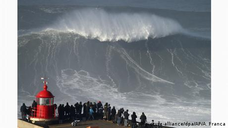 BdT Portugal Wellenreiten am Nordstrand in Nazare (picture-alliance/dpa/AP/A. Franca)