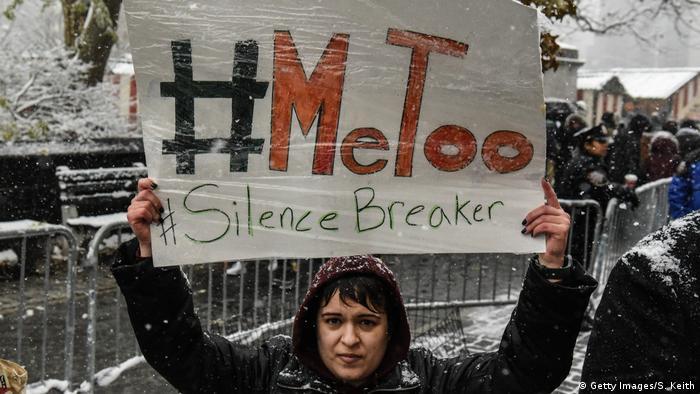 Mulher protesta com cartaz escrito Me Too nos EUA em 2017