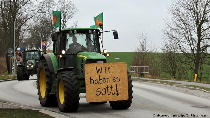 Tractor on the street in Brandenburg (picture-alliance/dpa/C. Pörschmann)