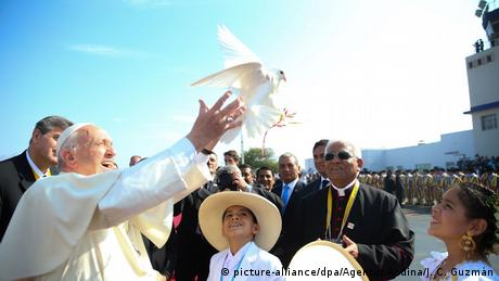 Pope Francis releases a white dove during a visit to Trujillo, Peru (picture-alliance/dpa/Agentur Andina/J. C. Guzmán)