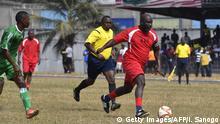 Liberia - George Weah designierter Präsident spielt Fussball in einem Freundschaftsspiel zwischen Weah All Stars team und Armed Forces of Liberia