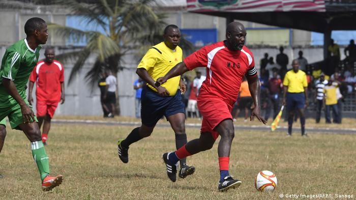 Liberia - George Weah designierter Präsident spielt Fussball in einem Freundschaftsspiel zwischen Weah All Stars team und Armed Forces of Liberia (Getty Images/AFP/I. Sanogo)