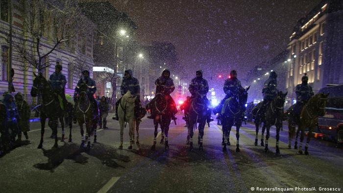Jandarmi călare, intimidând în Bucureşti protestatari în ianuarie 2018
