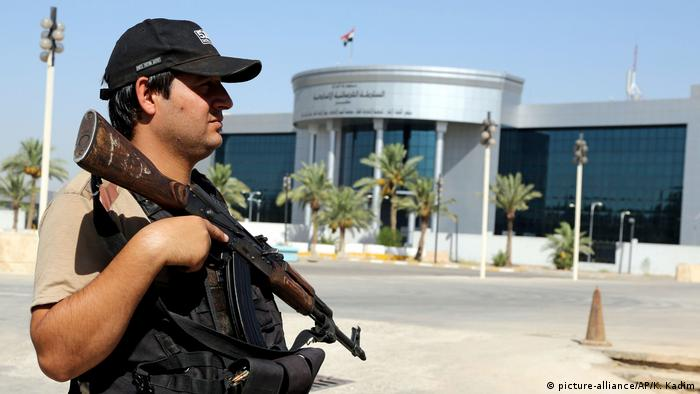 A police officer stands guard in front of the Iraqi Supreme Court in Baghdad, Iraq (picture-alliance/AP/K. Kadim)
