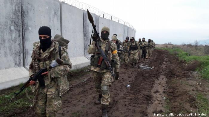 Syrien FSA Kämpfer Angriff auf Afrin Operation Olivenzweig (picture-alliance/abaca/B. El Halebi)