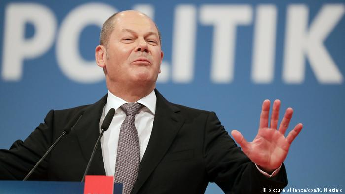 Olaf Scholz gestures during a speech (picture alliance/dpa/K. Nietfeld)