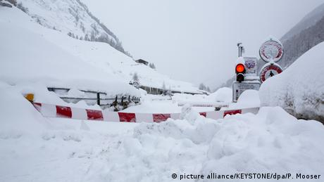 The road connecting Zermatt and Täsch in Switzerland, covered in snow and closed off due to danger of avalanche. (picture alliance/KEYSTONE/dpa/P. Mooser)