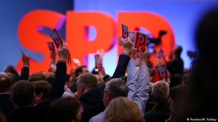 Außerordentlicher SPD-Parteitag a Abstimmung (Reuters/W. Rattay)