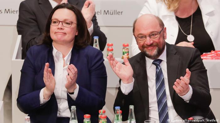 Líder Martin Schulz (dir.) e chefe de bancada do SPD Andrea Nahles saúdam resultado da votação
