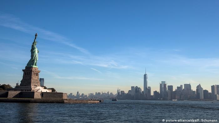 The Statue of Liberty and the New York City skyline (picture-alliance/dpa/F. Schumann)