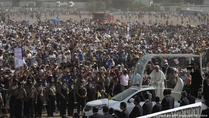 Peru Papst Franziskus in Lima (picture-alliance/AP Images/A. Tarantino)
