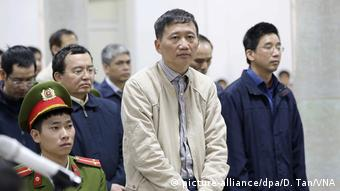 Vietnamese courts have sentenced Trinh Xuan Thanh to two life sentences (picture-alliance/dpa/D. Tan/VNA)