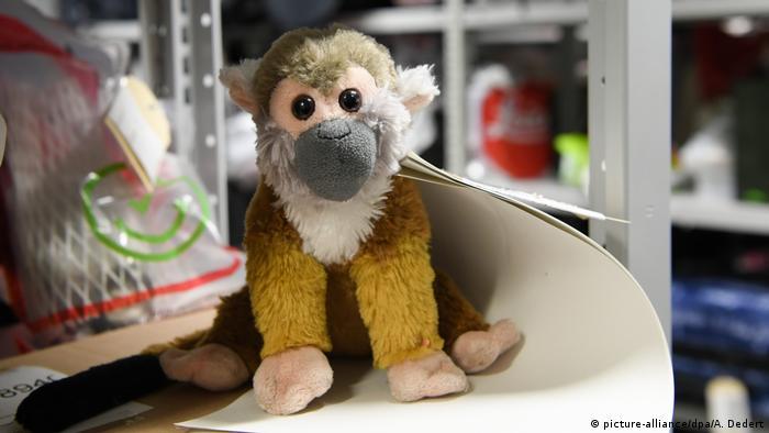 Някои неща не се застояват дълго в Бюрото за изгубени и конфискувани вещи. Тази плюшена маймунка била незабавно потърсена от разтревожено дете, което я забравило преди да се качи на самолета за Флорида. Маймунката междувременно е поела по дългия път към САЩ.