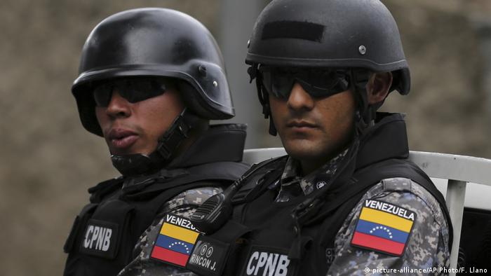 Venezuela Polizei (picture-alliance/AP Photo/F. Llano)
