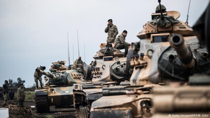 Turkish tanks lined up on the border with Afrin (Getty Images/AFP/B. Kilic)