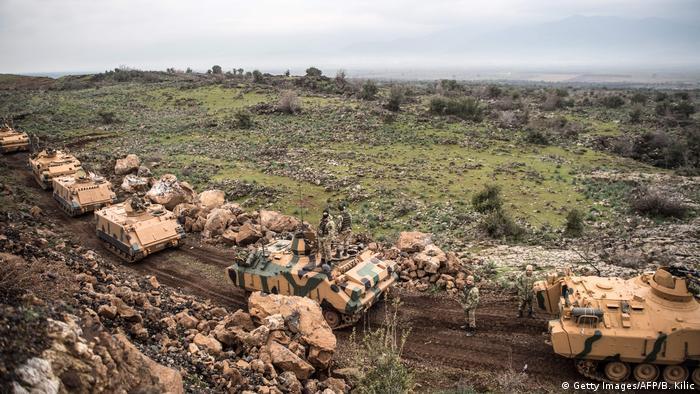 Türkei Panzer vor syrischer Grenze bei Afrin (Getty Images/AFP/B. Kilic)
