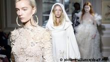 Models tragen am 22.01.2018 in Paris (Frankreich) bei der Haute-Couture-Modenschau des Modehauses Schiaparelli Kreationen der Kollektion für den Frühling/Sommer 2018. (zu dpa:«Pariser Couture Out of Africa» vom 22.01.2018) Foto: Francois Mori/AP/dpa +++(c) dpa - Bildfunk+++ |