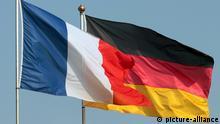 Flaggen Deutschlands und Frankreichs wehen einträchtig vor blauem Himmel...