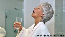 Frau mit Mundspülung