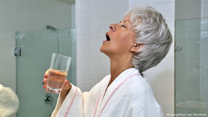 Žena ispire usta