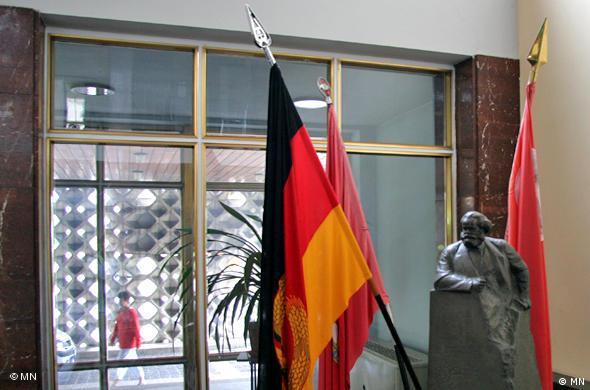 Скульптура Карла Маркса в фойе главного здания МГБ