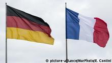 Deutschland Deutsche und französische Flagge in Berlin