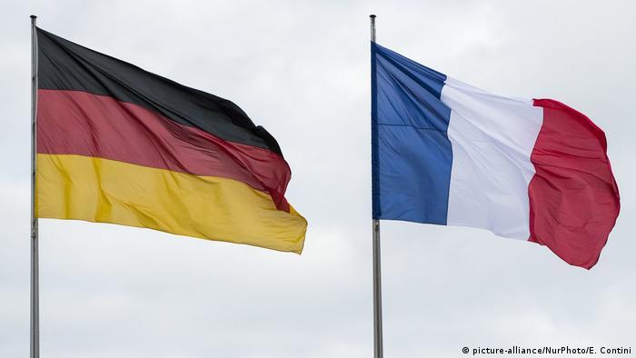 Deutschland Deutsche und französische Flagge in Berlin (picture-alliance/NurPhoto/E. Contini)