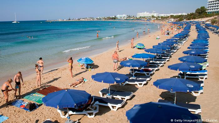Zypern Touristen am Strand in Agia Napa (Getty Images/AFP/F. Choblet)