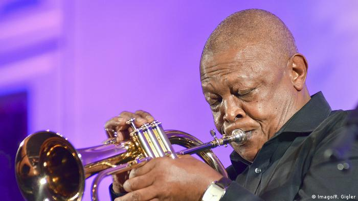 Hugh Masekela with his trumpet (Imago/R. Gigler)