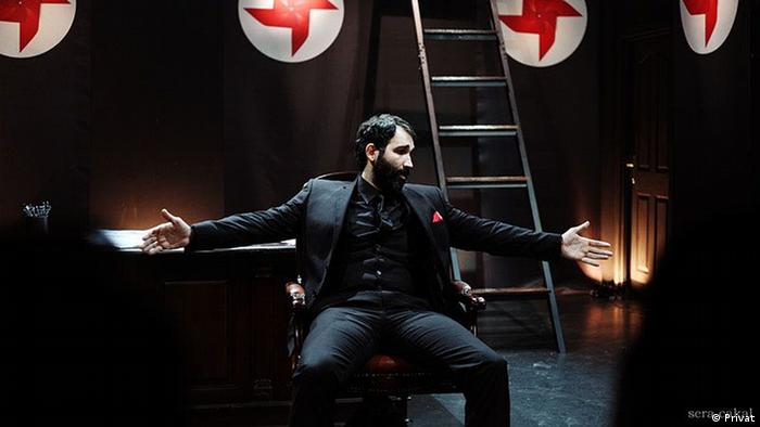 Atay during a performance of Only A Dictator (Privat)