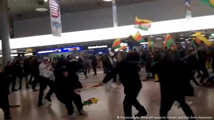 Deutschland Auseinandersetzungen bei einer Demo gegen den türkischen Syrieneinsatz (Reuters/Ayfer Amara/Frauenrat Ronahi and Nav-Dem Hannover)