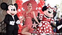 RECROP - Mickey Maus (l), Minnie Maus und die US-Sängerin Katy Perry nehmen am 22.01.2018 in Los Angeles (USA) an einer Zeremonie zur Ehrung von MinnieMaus teil, bei der sie im «Walk of Fame»-Bürgersteig mit einer Sternen-Plakette verewigt wurde. Foto: Richard Shotwell/Invision/AP/dpa +++(c) dpa - Bildfunk+++  