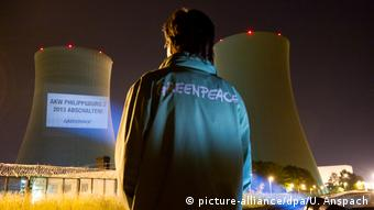 Greenpeace-Aktion vor Atomkraftwerk Philippsburg (picture-alliance/dpa/U. Anspach)