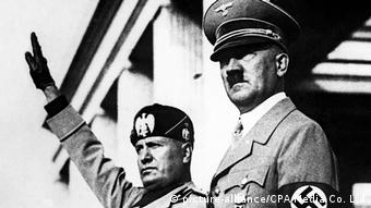Hitler and Mussolini stand together as Mussolini salutes (picture-alliance/CPA Media Co. Ltd)