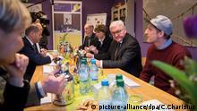"""Steinmeier in der Tagesaufenthaltsstätte """"Herz As"""" mit Hamburgs Bürgermeister Olaf Scholz (Zweiter von links)"""
