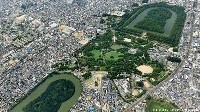 Japan historische Gräber in Osaka (picture-alliance/Maxppp/Kyodo)
